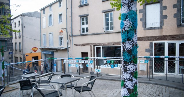Yarnbombing in Clermont-Ferrand for an association